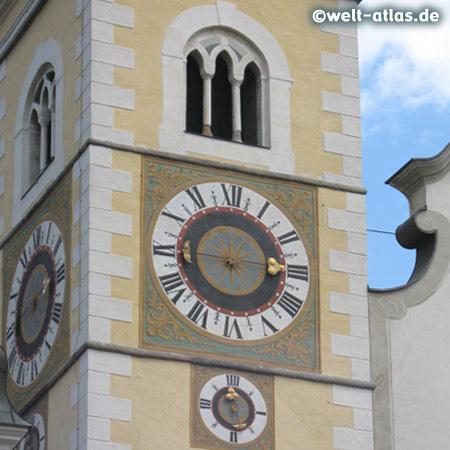 Uhren an einem Turm des Domes von Brixen