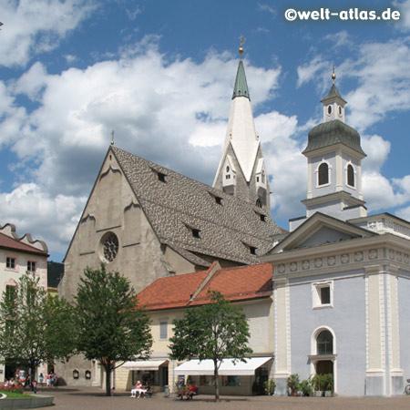 Weisser Turm der Pfarrkirche St. Michael und Domplatz in Brixen, älteste Stadt Südtirols
