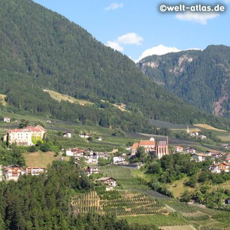 Schloss Schenna im Dorf Schenna in der Nähe von Meran und Schloss Trauttmansdorff