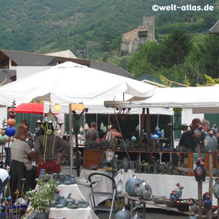 Markt in Naturns, im Hintergrund das Schloß Naturns, Naturno