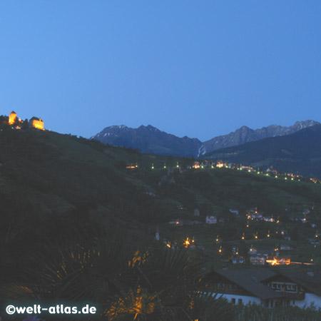 Später Abend bei Algund, Blick auf das Schloss Tirol, Südtirol, Italien