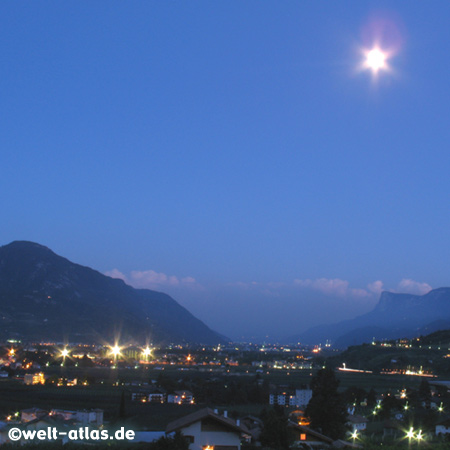 Später Abend bei Algund, Blick Richtung Meran, Südtirol, Italien