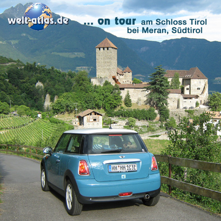 welt-atlas ON TOUR mit Mini am Schloss Tirol bei Meran, oberhalb von Algund in Südtirol