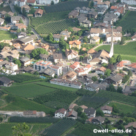 Kirche im neuen Ortskern von Algund