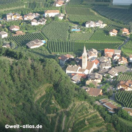 Weinstöcke rund um die Kirche von Algund-Dorf, im alten Ortskern liegt auch unsere Lieblingspension