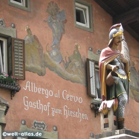 Detailfoto, Brunnen mit St. Florian vor wunderschöner Fassade in Klausen