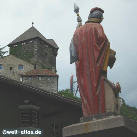 St. Florian-Brunnen, dahinter das Schloss Branzoll, Klausen, Chiusa, Südtirol