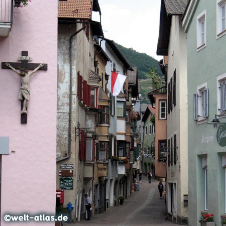 Gasse in Klausen, Südtirol