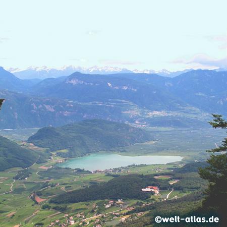 Blick aus den Bergen auf den Kalterer See