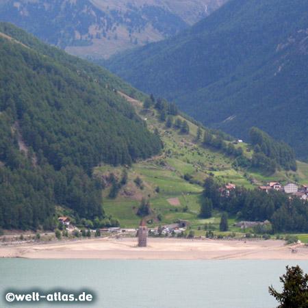 Reschensee, Stausee mit dem Kirchturm vom versunkenen Alt-Graun