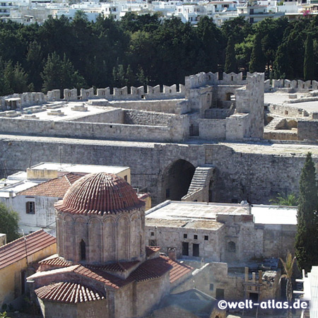 Byzantinische Kirche und mittelalterlichen Mauern der Bastion von Saint George in Rhodos