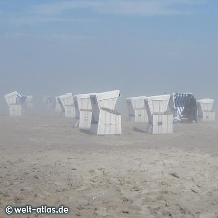 Strandkörbe in Nebelschwaden und direkt am Deich scheint die Sonne - extrem, St. Peter-Ording