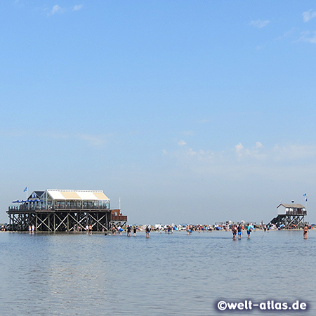 Sommertag am Restaurantpfahlbau Seekiste am Strand von Böhl