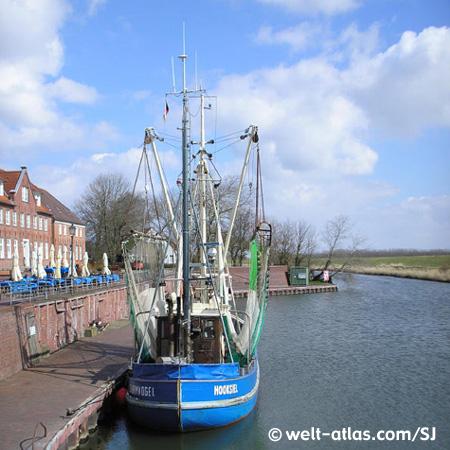 Kleiner Museumshafen in Hooksiel mit Krabbenkutter