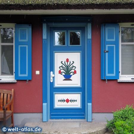Schöne Haustür mit Blumenmotiv, diese Türen sind typisch für Fischland und Darß