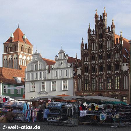 Greifswald, Giebel am Marktplatz der Hansestadt und die Kirche St. Marien
