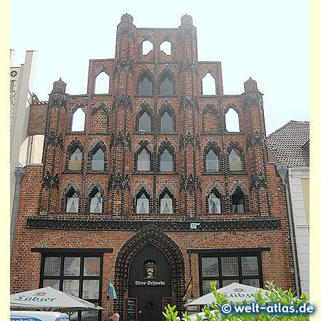 """Das älteste Bürgerhaus der Stadt - """"Alter Schwede"""" am Marktplatz der Hansestadt Wismar, heute Restaurant"""