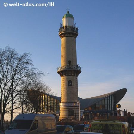 """Leuchtturm Warnemünde und """"Teepott""""Position: 54° 10,9′ N, 12° 05,2′ E"""