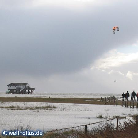 Kiter lieben den Süd-Strand bei Hochwasser und Westwind in St. Peter-Ording