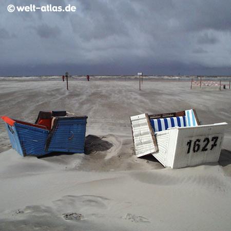 St. Peter-Ording, Strandkörbe im Sturm