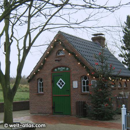 Das Backhus in St. Peter-Ording, Dorf - an bestimmten Tagen wird dort auch gebacken (Backtage), hier ist weihnachtlich geschmückt