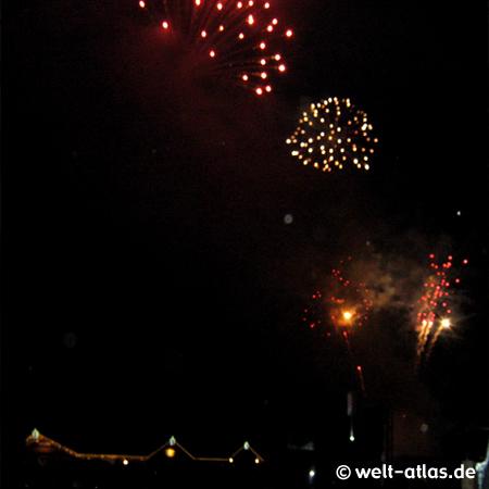 Sylvester-Feuerwerk in St. Peter-Ording im Bad auf der Buhne vor der Seebrücke
