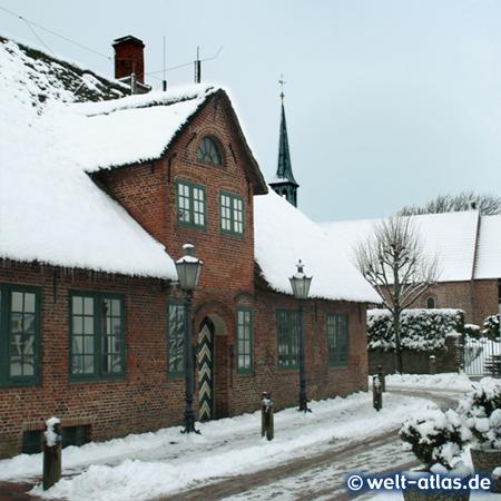 Zauberhafter Wintertag in St. Peter-Ording, Heimat-Museum und Kirchturm im Dorf, Olsdorfer Str.