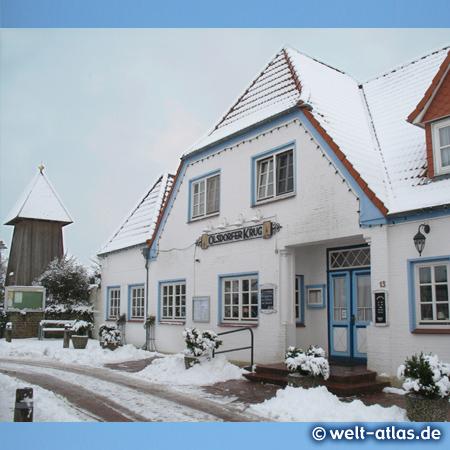 Zauberhafter Wintertag in St. Peter-Ording, der Dorfgasthof Olsdorfer Krug und Kirchturm im Dorf, Olsdorfer Str.