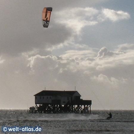 Hochwasser und Westwind in St. Peter-Ording, ein Wetter für Kiter, 2011 - die Pfahlbauten feiern 100-jährigen Geburtstag