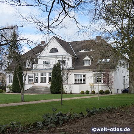 Skulpturenpark im Kunstwerk Carlshütte, Blick auf das ehemalige Direktorenhaus