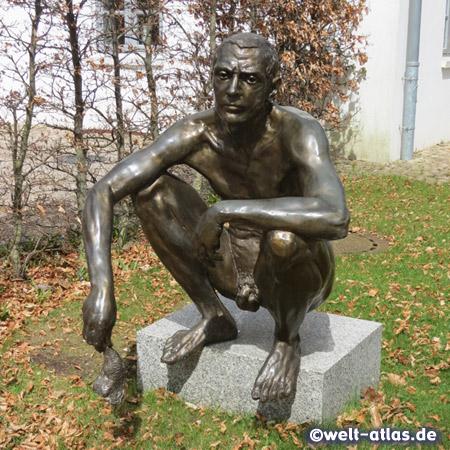 """Bronzeskulptur auf Granitsockel des polnischen Künstlers Norbert Sarnecki im Skulpturenpark Kunstwerk Carlshütte, Teil der zwei Skulpturen mit dem Titel """"Absurd"""""""