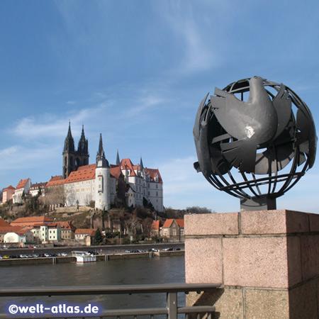Globus mit Friedenstauben, Blick von der Alten Elbebrücke am rechten Elbufer auf den Burgberg mit dem Dom und der Albrechtsburg, Meißen