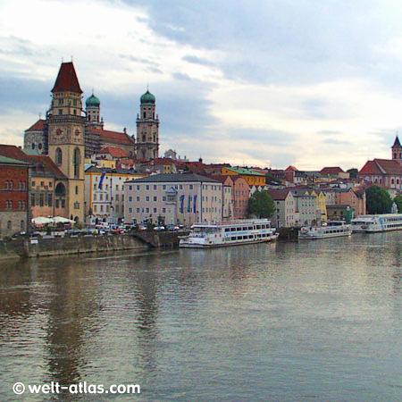Passau am Inn, Dreiflüssestadt - im Vordergrund das Rathaus dahinter der Dom St. Stephan