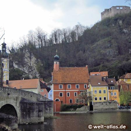 Die Steinerne Brücke, dahinter der Turm der Rokokokirche, das historische Rathaus mit dem schiefen Turm und die Burgruine von Kallmünz