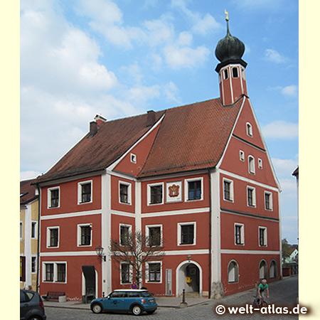 welt-atlas ON TOUR vor dem Alten Rathaus von Kallmünz mit dem schiefen Turm
