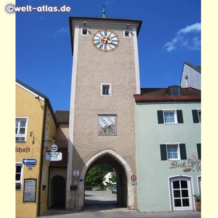 Turm des Altmühltors in Kelheim mit dem alten Kelheimer Wappen
