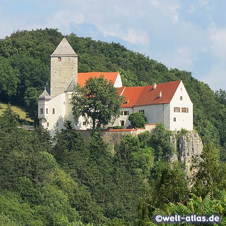 Hoch über dem Tal der Altmühl thront die Burg Prunn bei Riedenburg in Niederbayern