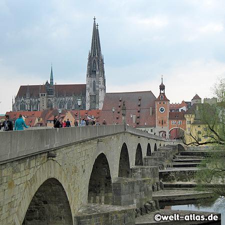Steinerne Brücke, Wahrzeichen von Regensburg, dahinter Salzstadel mit Stadttor und Dom St. Peter