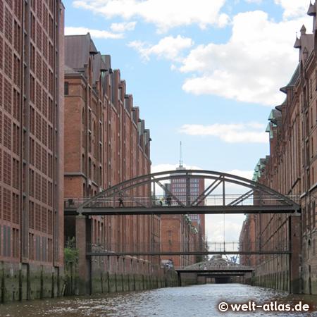 Blick vom Brooksfleet in der Hamburger Speicherstadt zur Kehrwiederspitze und Hanse Trade Center – Hamburgs 1. UNESCO-Weltkulturerbestätte: Speicherstadt und  Kontorhausviertel