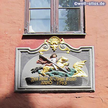 Wappen über dem Eingang des kleinen St. Jürgen Klosters von 1743 neben dem Kniepertor in Stralsunds Altstadt (UNESCO-Weltkulturerbe)