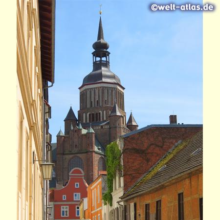 Turm der Marienkirche in der Altstadt von Stralsund (Altstadt UNESCO-Weltkulturerbe)