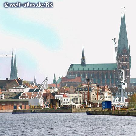 Hansestadt Lübeck mit Hafenanlagen an der Trave und den Türmen der Altstadt (UNESCO-Weltkulturerbe), links der Dom und rechts die Marienkirche