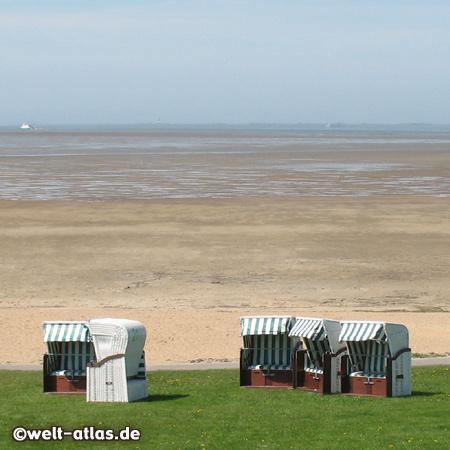 Strandkörbe am Watt, Fuhlehörn, Nordstrand, in der Ferne die Fähre nach Pellworm
