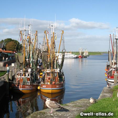 Krabbenkutter im Hafen von Greetsiel an der Leybucht, Ostfriesland