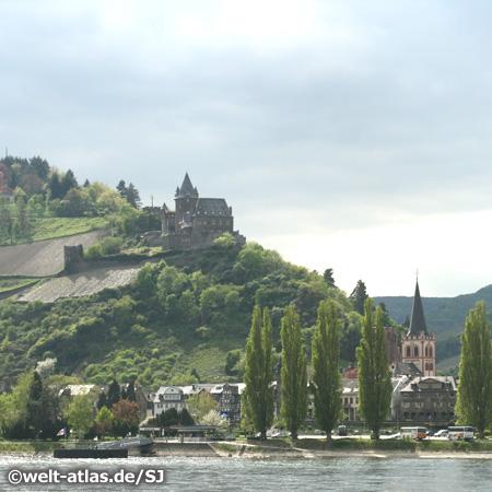 Rheintal, UNESCO Weltnaturerbe, Bacharach am Rhein mit reizvoller Altstadt, oben die Burg Stahleck