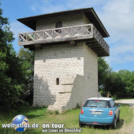 welt-atlas.de on tour am Limes im Altmühltal – hier steht die Rekonstruktion eines steineren Limesturmes - der Limes ist Weltkulturerbe der UNESCO