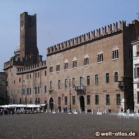 Die Piazza Sordello mit dem Palazzo Bonacolsi und dem Torre della Gabbia in Mantua, UNESCO-Welterbe
