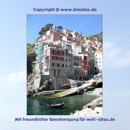 Der Hafen und die malerische Bucht von Riomaggiore mit den bunten Häusern - Cinque Terre, UNESCO-Welterbe