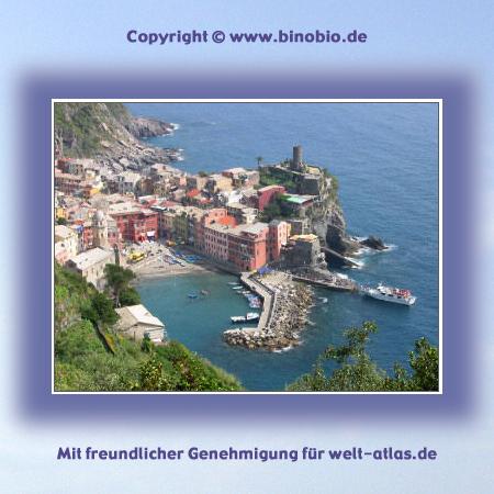 Hafenbucht von Vernazza mit kleiner Piazza am Meer,  historischem Ortskern und Festung Doria – ein wunderschöner Ort