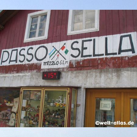 Pause am Sellapass, Passo di Sella, zwischen Grödnertal und Fassatal, Dolomiten, UNESCO Weltnaturerbe, Südtirol, Italien
